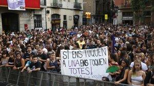 Manifestación en la plaça de la Vila de Gràcia, contra la violación.