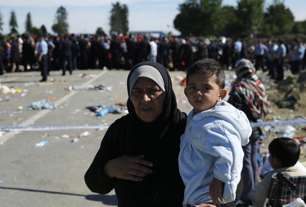 Una mujer sostiene a un niño junto a la estación de Tovarnik, en la frontera entre Croacia y Serbia.