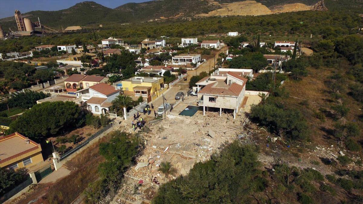 Imagen aérea de la casa pulverizada por una explosión en Alcanar.