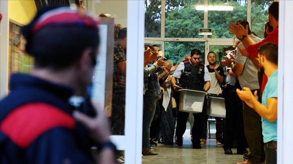 Mossos en laescuelaBarkero de Barcelona, el día del referéndum del 1-O.