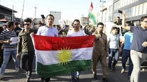 Kurdos de Kirkuk participan en una protesta frente al Consulado estadounidense en Erbil.
