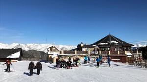 La estación de esquí de Espot, cubierta de nieve, este domingo.