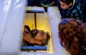 Un escapista aguanta quatre hores tancat en un sarcòfag de gel