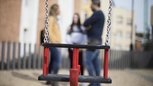 Valèria, con sus padres, hace un par de semanas en un parque de Barcelona.