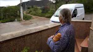 Vista del camino donde desapareció Gabriel con la nueva testigo que vio la furgoneta en primer plano.