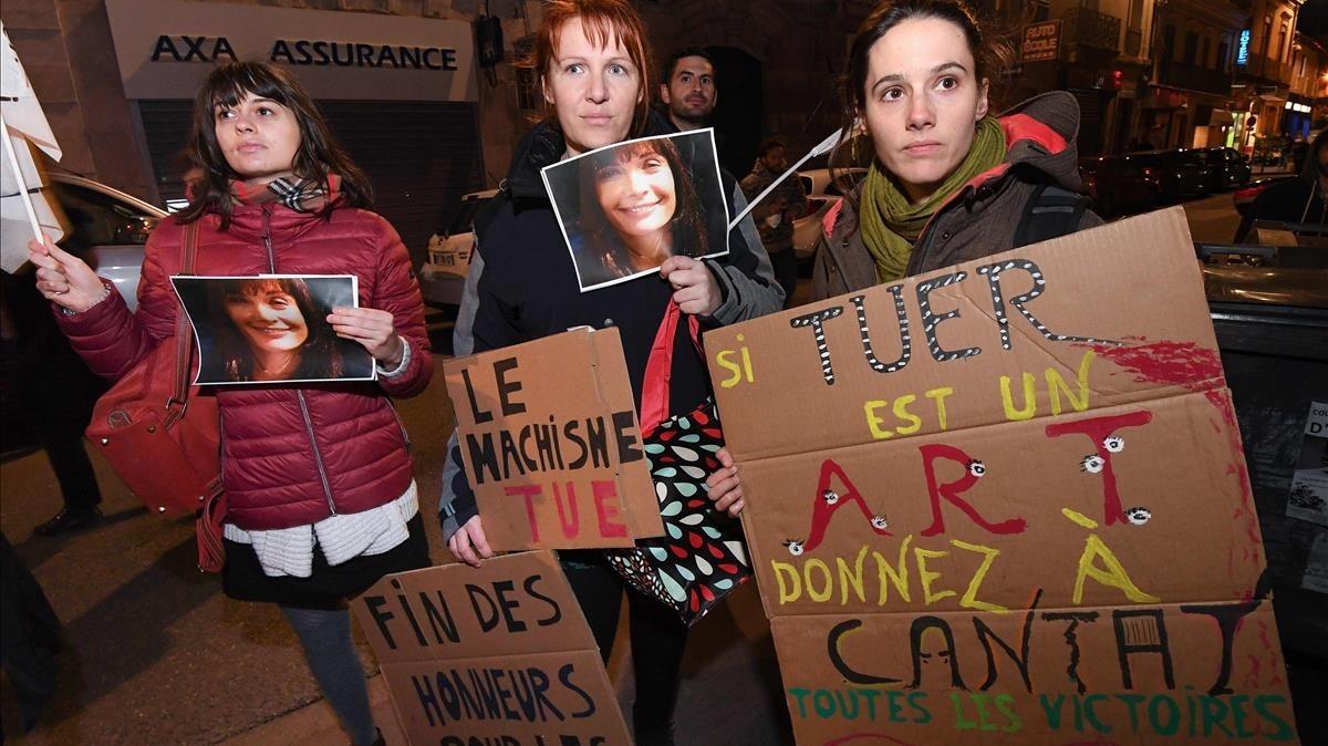 Un grupo de mujeres se manifiestan enMontpellier contra el anuncio de Bertrand Cantat de volver a actuar.