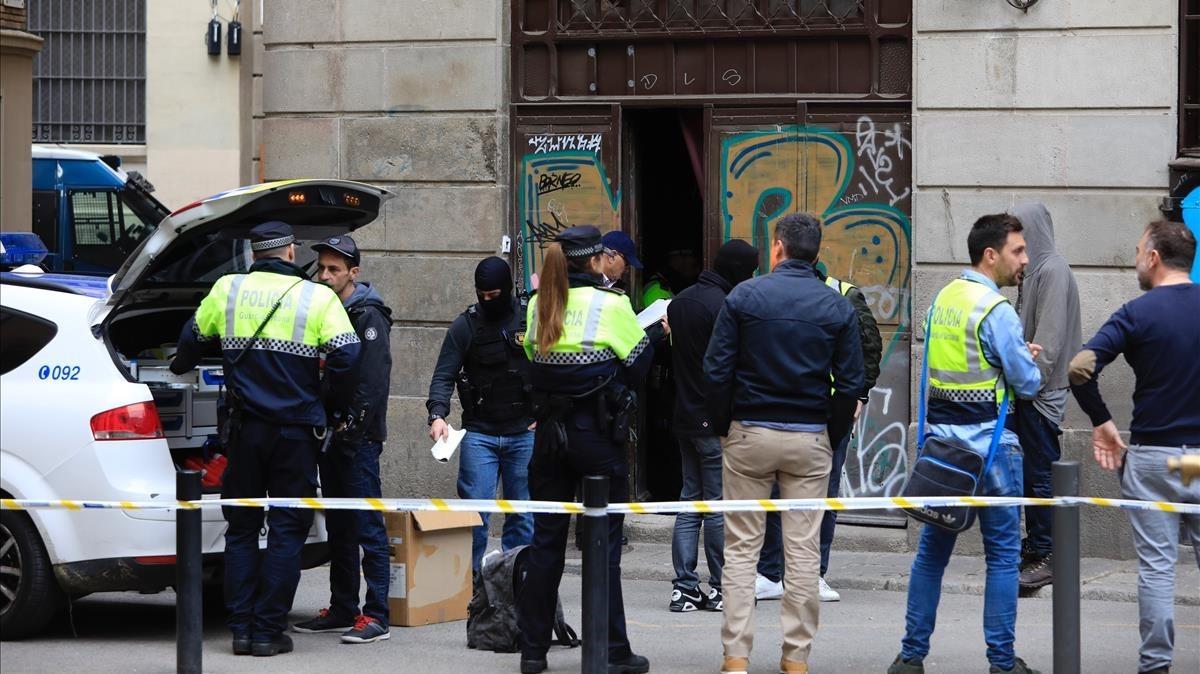 Redada policial en el número 7 de la plaza de losTraginers.