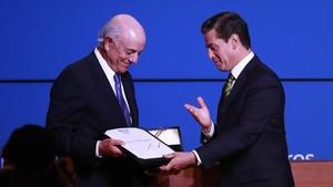 Enrique Peña Nieto, presidente de México,a la derecha, entrega el galardón aFrancisco González, presidente del BBVA.