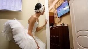 Una bailarina del teatro Mokhailovsky mira el partido entre Rusia y Croacia.