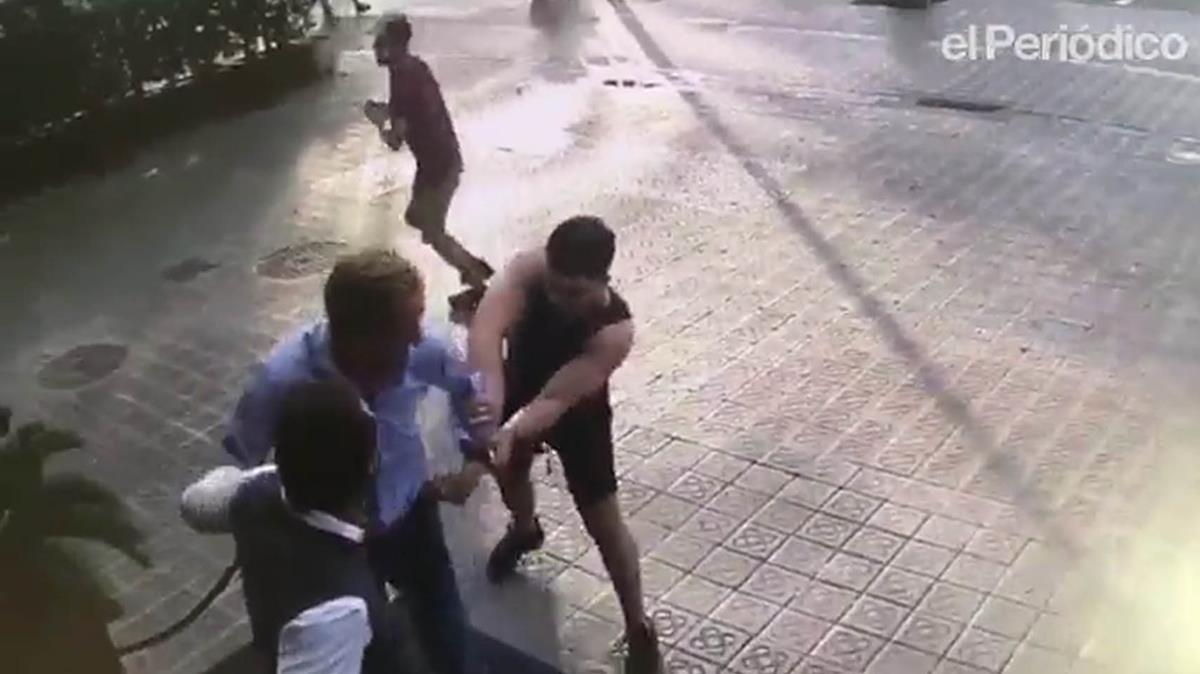 Captura de pantalla que muestra cómo actúan los ladrones de relojes, dando un tirón a un turista en Barcelona.