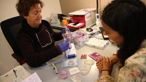 Una enfermera del Centre Jove d'Atenció a les Sexualitats (CJAS) muestra distintos métodos anticonceptivos.