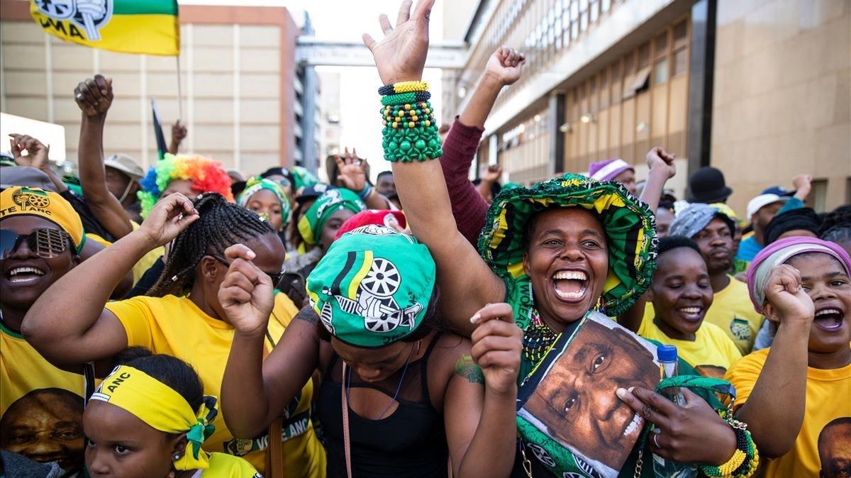 Simpatizantes del CNA esperan el discurso del presidente Ramaphosa tras la victoria electoral en Johannesburgo (Sudáfrica) en mayo del 2019.