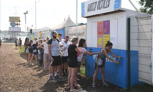 Colas en uno de los puntos de abastecimiento de agua en el recinto del festival de Glastonbury, este sábado.