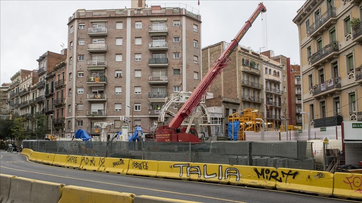 Obras para construir una salida de emergencia del AVEen el cruce de Independència con Mallorca, esta semana