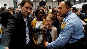 Greta protegida por la policía a su llegada a la Cumbre del Clima de Madrid.