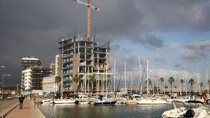 Gran hotel en construcción en el puerto deportivo de Badalona, de la cadena Sallés Hotels.