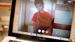 Jordi, de siete años, sigue con sus clases de oboé 'online'.