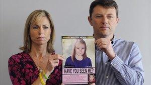 Una fotografía de archivo fechada el 02 de mayo de 2012 muestra a Kate y Gerry McCann, sosteniendo una imagen policial envejecida de su hija Madeleine.