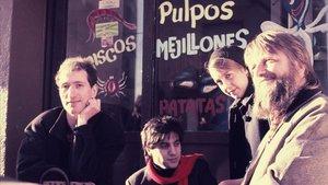 El guionista y periodista Juan Bufill, conlos miembros de Claustrofobia, Pedro Burruezo yMaría José Peña, y Robert Wyatt, en Castelldefels, en 1987.