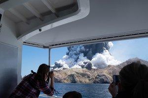 Un turista captala erupción del volcán Whakaari en Nueva Zelanda.