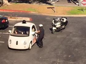 El cotxe sense conductor de Google, amb lagent de policia.