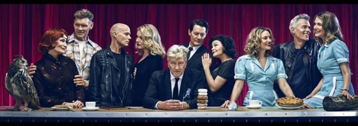 Foto de familia del reparto de la nueva Twin Peaks, con el director David Lynch en el centro de la imagen.