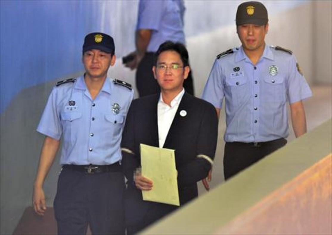 Lee Jae-yong 8El heredero del grupo Samsung es conducido por dos agentes a un tribunal de Seúl.