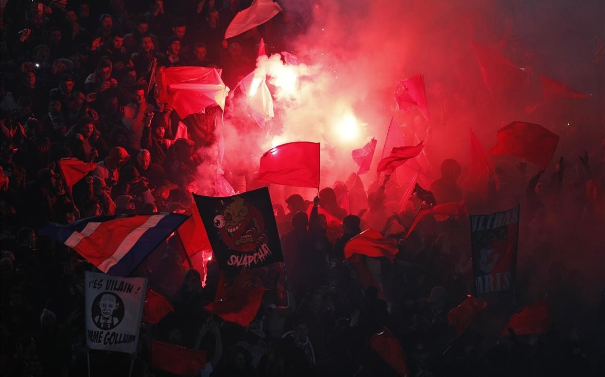 zentauroepp42425572 psg fans set off flares at the start of the champions league180306205842