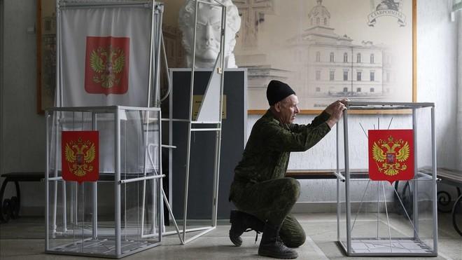 Preparación de las urnas para las elecciones presidenciales de Rusia en la ciudad de Stavropol