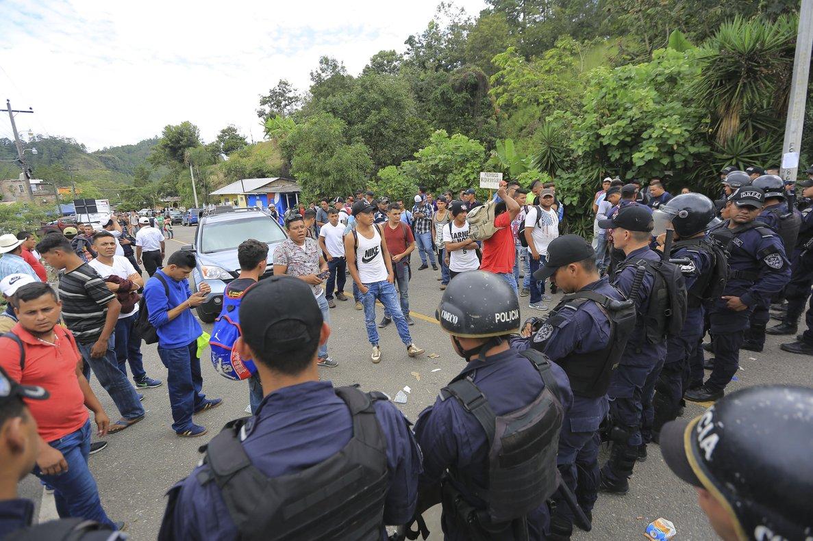 AGUA CALIENTEHONDURAS18 10 18 - Migrantes hondurenos llegan a un reten policial antes de realizar sus tramites migratorios hoyjueves 18 de octubre de 2018en la frontera de Agua Calienteentre Honduras y GuatemalaEFEGustavo Amador