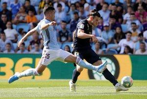 El madridista Gareth Bale (d) realiza un disparo en el partido ante el Celta.