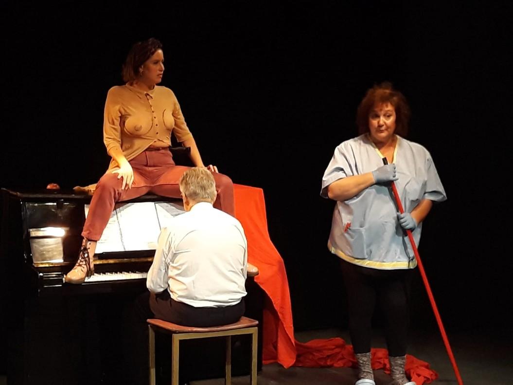 Los tres integrantes del espectáculo, en el inicio de Dos pits i una poma.