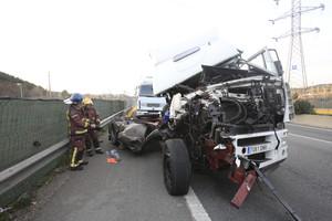 Accident entre dos camions a la A-2 a Sant Andreu de la Barca.
