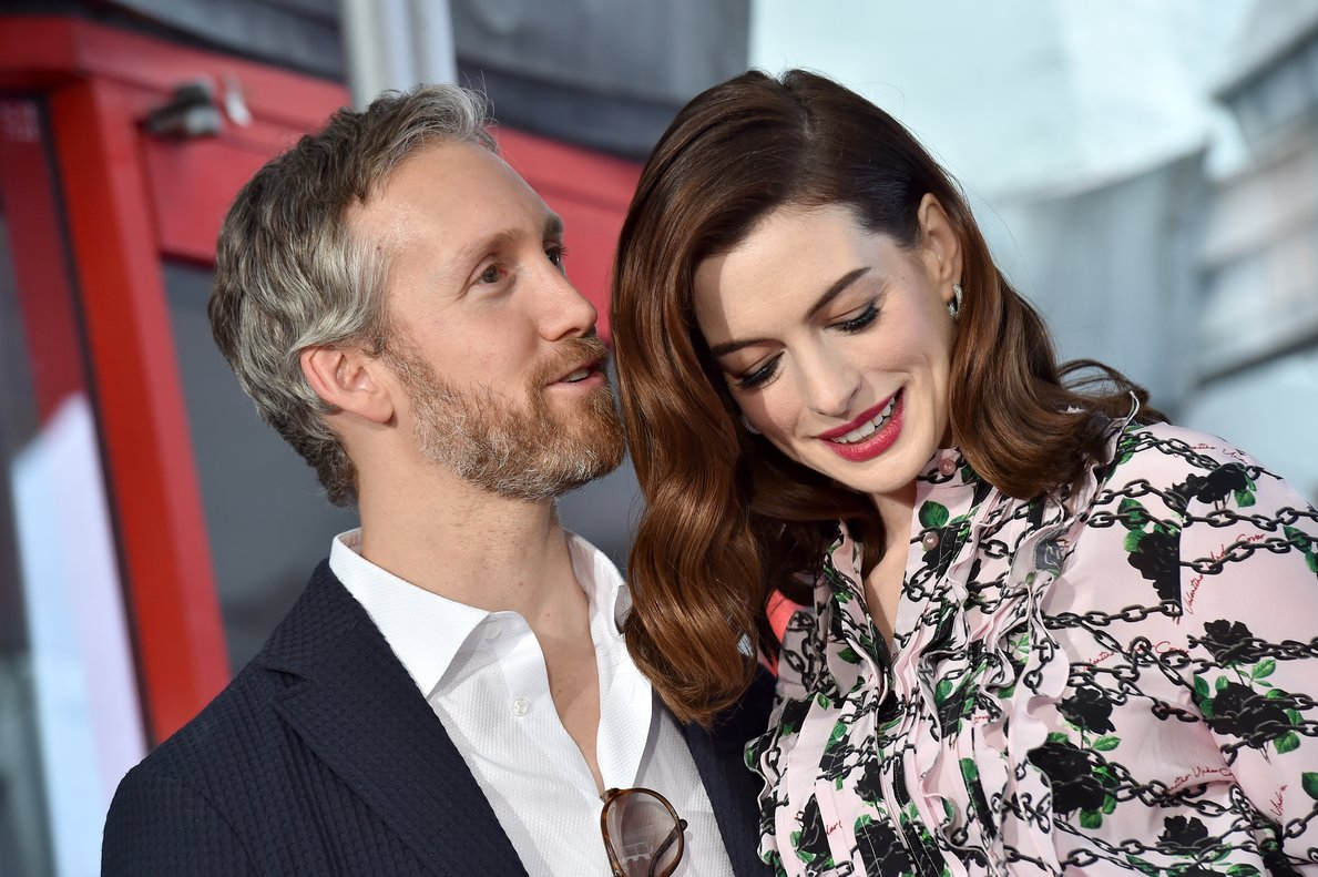 La actriz estadounidense Anne Hathaway posa con su esposo, el actor Adam Shulman.
