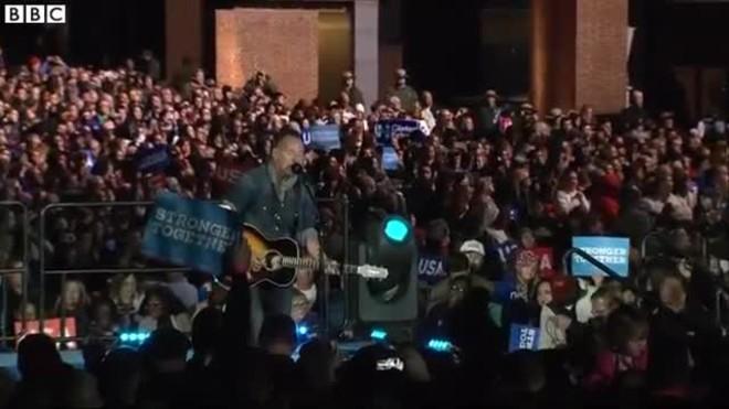 Actuación de Bruce Springsteen en el mitin de Clinton en Filadelfia (Pensilvania).