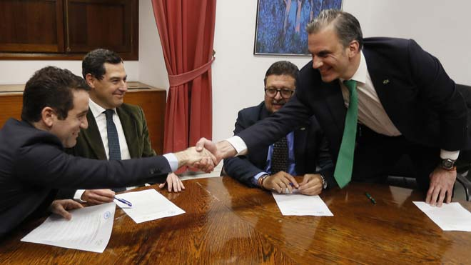 Los secretarios generales del PP, Teodoro García Egea, y de Vox, Francisco Javier Ortega Smith, estrechan las manos delante de los líderes andaluces del PP, Juanma Moreno y de Vox, Francisco Serrano, durante una reunión esta tarde en el Parlamento de Andalucía para firmar el acuerdo.