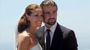 Raquel Sánchez Silva posa junto a su marido, el fallecido camara italiano Mario Biondo,durante su boda en Taormina (Sicilia).