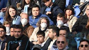 Aficionados con mascarillas, durante el partido entre el Lazio y el Bolonia, en el Estadio Olímpico de Roma, el sábado.