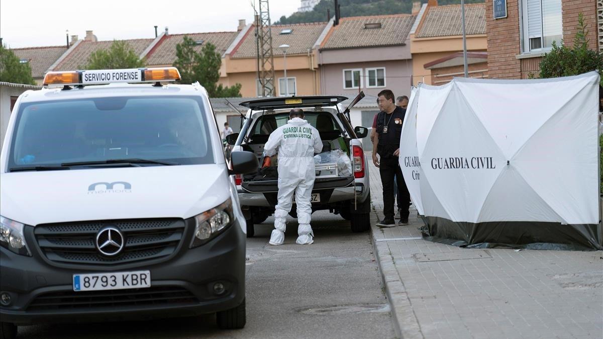 Agentes de la Guardia Civil delante de la vivienda donde sucedió el asesinato.