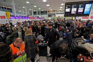 Aglomeración de pasajeros en el aeropuerto de Gatwick por la cancelación de vuelos.