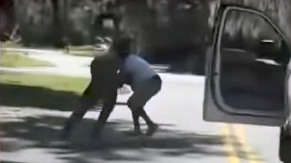 Imagen del vídeo que grabó el asesinato del joven negro Ahmaud Arbery el 23 de febrero de 2020 en Georgia (EEUU).