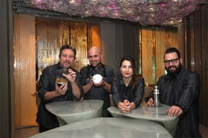 Albert Adrià (izquierda) junto a Oliver Peña, Cristina Losada y Marc Álvarez. La plancha de Enigma y el espacio destinado a comedor.