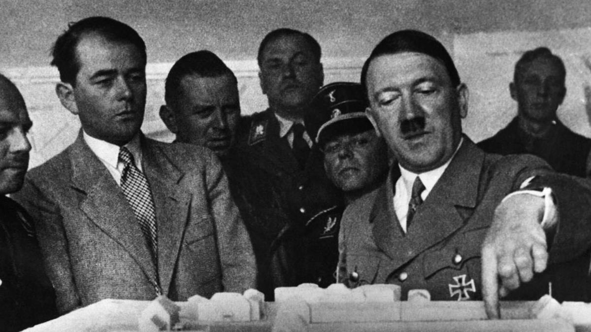 Albert Speer observa cómo Hitler le señala la maqueta de un proyecto arquitectónico, en 1936.