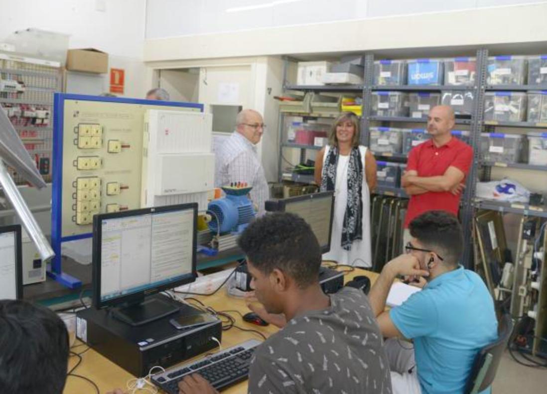 La alcaldesa Núria Marín y el concejal de Educación, Jaume Graells, en una visita al Instituto Llobregat este jueves