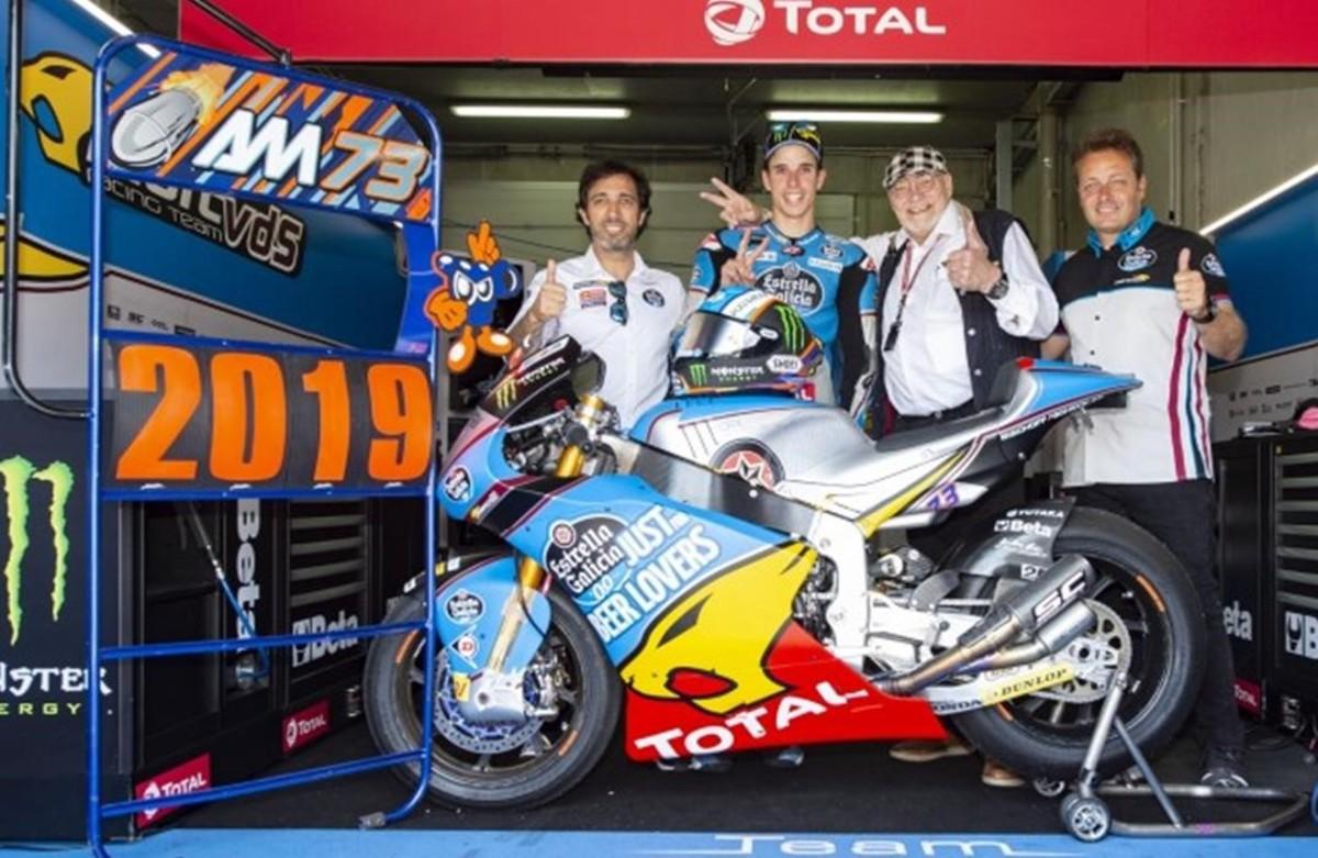 Àlex Márquez, en el centro, junto a los máximos responsables del equipo de Moto2 en el que continuará.