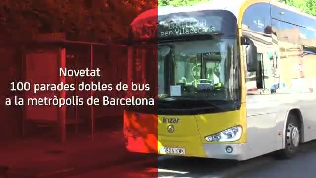 La AMB empieza a instalar las nuevas paradas dobles de autobús.