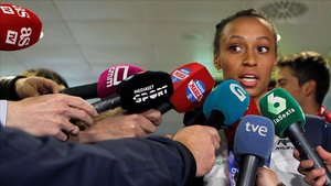 Ana Peleteiro, campeona de Europa de triple salto, atendiendo a la prensa a su llegada a Madrid, este lunes.