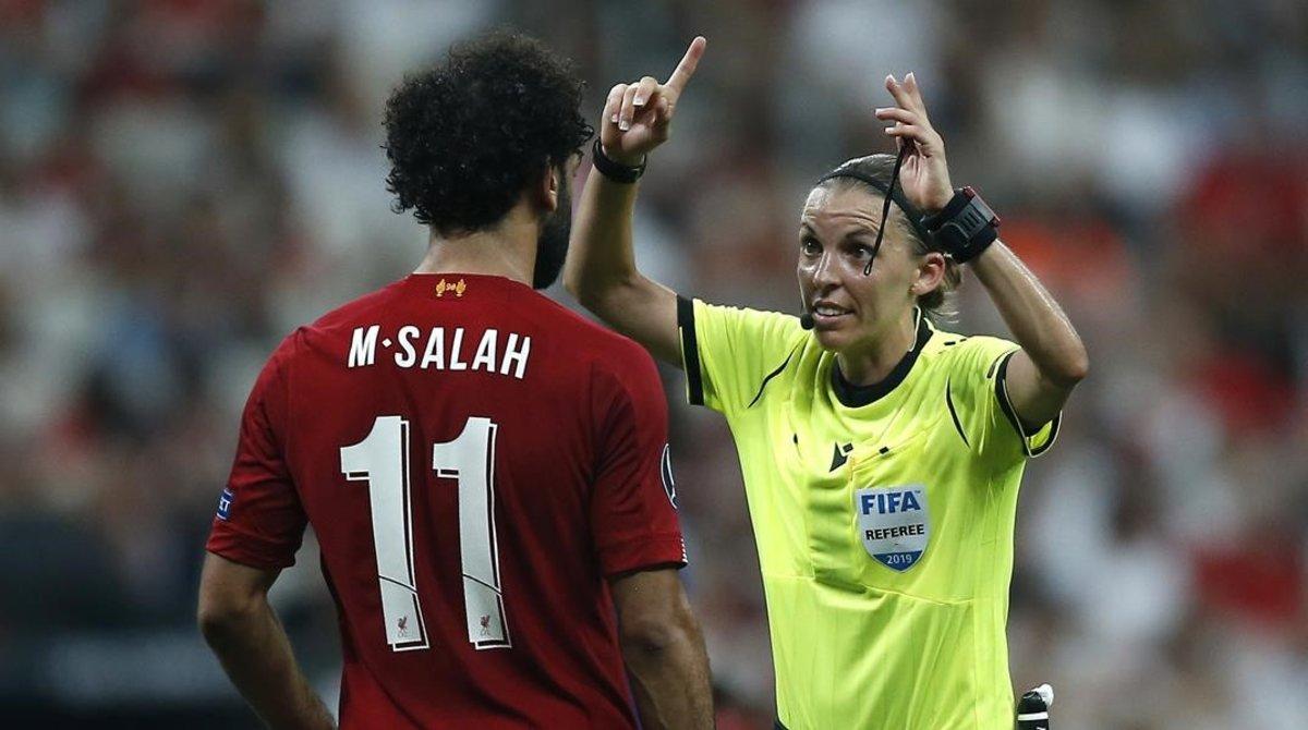La árbitra francesa Stéphane Frappart, frente a Mohamed Salah, estrella del Liverpool.