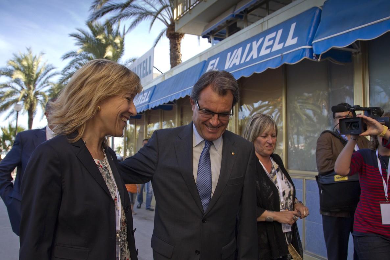 Artur Mas con la alcaldesa de Vilanova i la Geltrú, Neus Lloveras, durante la inauguración de una Escola da Estiu de Convergència en el verano de 2012.