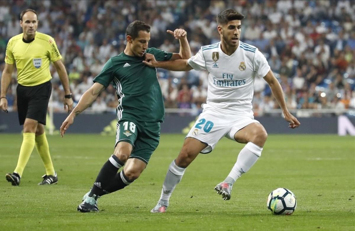 Asensio conduce el balón perseguido por Guardado durante el último Real Madrid-Betis.